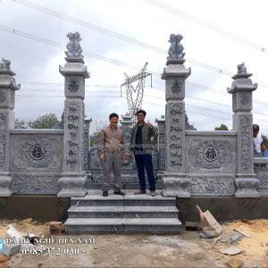Cổng đá tứ trụ băm bạt vảy rồng cao cấp, Chụp ảnh lưu niệm tại khu lăng mộ đá với khách hàng tại Quảng Bình